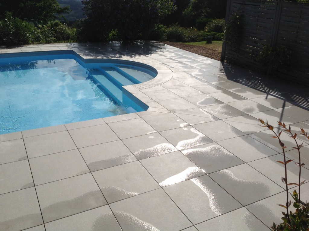 Carrelage exterieur piscine formidable carrelage terrasse for Pose margelle bois piscine